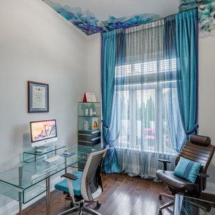 中サイズのコンテンポラリースタイルのおしゃれな書斎 (ベージュの壁、濃色無垢フローリング、漆喰の暖炉まわり、自立型机、標準型暖炉、茶色い床) の写真