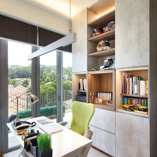 Ispirazione per uno studio boho chic con pareti bianche, pavimento in legno massello medio, scrivania autoportante e pavimento marrone