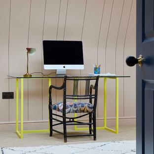 ロンドンのエクレクティックスタイルのおしゃれなホームオフィス・仕事部屋 (ベージュの壁、カーペット敷き、自立型机、ベージュの床) の写真