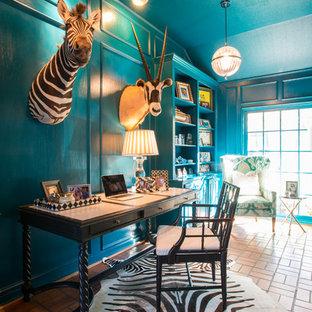 Esempio di uno studio boho chic con pareti blu, pavimento in terracotta e scrivania autoportante
