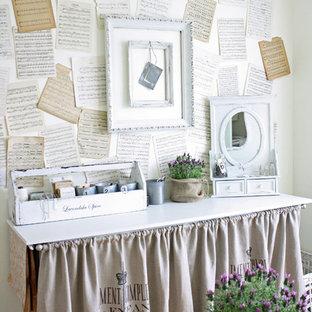 Exemple d'un bureau atelier romantique.