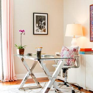 ヒューストンの大きいエクレクティックスタイルのおしゃれな書斎 (自立型机、ベージュの壁、無垢フローリング) の写真