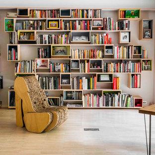 他の地域の大きいエクレクティックスタイルのおしゃれなホームオフィス・仕事部屋 (ライブラリー、白い壁、淡色無垢フローリング、暖炉なし) の写真