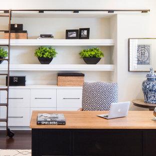 Foto de despacho tradicional renovado, de tamaño medio, sin chimenea, con paredes blancas, suelo de madera oscura y escritorio independiente