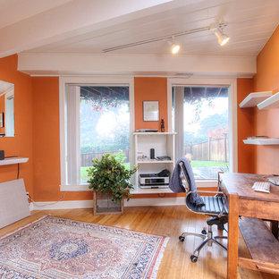 サンフランシスコの小さいエクレクティックスタイルのおしゃれな書斎 (オレンジの壁、淡色無垢フローリング、自立型机) の写真