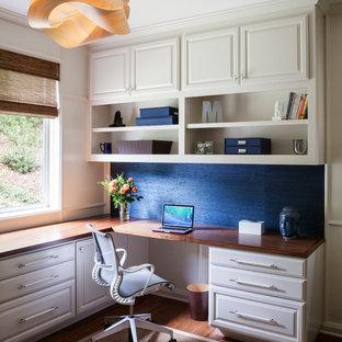 Inspiration för ett mellanstort eklektiskt arbetsrum, med blå väggar, bambugolv och ett inbyggt skrivbord