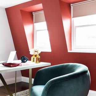 Immagine di un ufficio contemporaneo con pareti rosse, parquet scuro e scrivania autoportante
