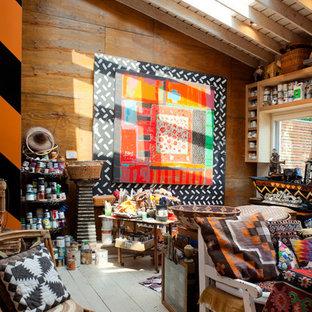 ヒューストンの中サイズのおしゃれなアトリエ・スタジオ (白い壁、塗装フローリング、暖炉なし、自立型机) の写真