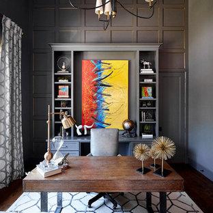 Diseño de despacho tradicional renovado, grande, sin chimenea, con paredes grises, suelo de madera oscura, escritorio independiente y suelo marrón
