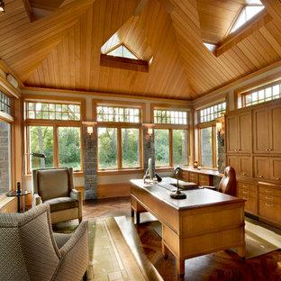 Esempio di un grande ufficio american style con pareti beige, parquet scuro, camino classico, cornice del camino in pietra e scrivania autoportante
