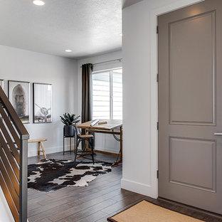 Idées déco pour un bureau classique de taille moyenne avec un mur blanc, sol en stratifié et un sol marron.