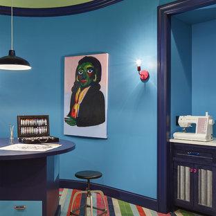 Ispirazione per un'ampia stanza da lavoro contemporanea con pareti bianche, scrivania incassata, pavimento multicolore e nessun camino