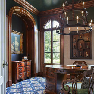 Foto di un ufficio chic di medie dimensioni con pareti blu, moquette, nessun camino, scrivania autoportante e pavimento blu