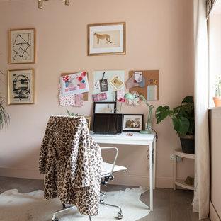 Idéer för att renovera ett litet eklektiskt hemmastudio, med rosa väggar, mellanmörkt trägolv, ett fristående skrivbord och grått golv