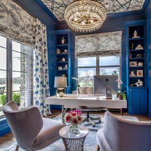 オクラホマシティの中サイズのトランジショナルスタイルのおしゃれなホームオフィス・仕事部屋 (青い壁、濃色無垢フローリング、自立型机、暖炉なし、茶色い床) の写真