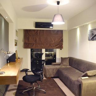 他の地域の中くらいのモダンスタイルのおしゃれな書斎 (ベージュの壁、ラミネートの床、暖炉なし、自立型机、ベージュの床) の写真