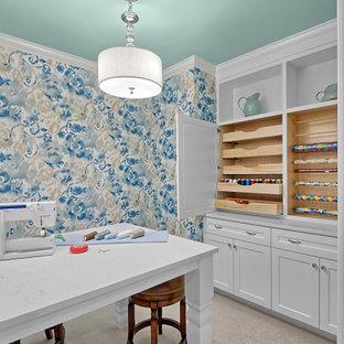 Cette image montre un bureau atelier traditionnel de taille moyenne avec un mur multicolore, moquette, un bureau indépendant, un sol gris et du papier peint.