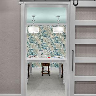 Свежая идея для дизайна: кабинет среднего размера в классическом стиле с местом для рукоделия, разноцветными стенами, ковровым покрытием, отдельно стоящим рабочим столом, серым полом и обоями на стенах - отличное фото интерьера