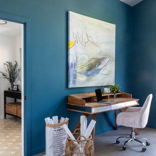 サンフランシスコの広いミッドセンチュリースタイルのおしゃれな書斎 (青い壁、磁器タイルの床、自立型机、グレーの床、塗装板張りの天井) の写真