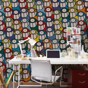 Mittelgroßes Eklektisches Arbeitszimmer ohne Kamin mit Arbeitsplatz, bunten Wänden und freistehendem Schreibtisch in Barcelona
