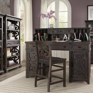 サンディエゴの小さいトランジショナルスタイルのおしゃれな書斎 (紫の壁、淡色無垢フローリング、暖炉なし、自立型机、ベージュの床) の写真