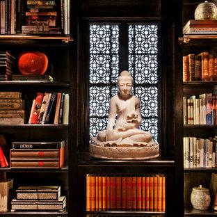 サンフランシスコの小さいアジアンスタイルのおしゃれなホームオフィス・仕事部屋 (ライブラリー、マルチカラーの壁、カーペット敷き、暖炉なし、自立型机、ベージュの床) の写真