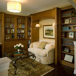 Idee per uno studio tradizionale con pareti beige, pavimento in bambù e pavimento marrone
