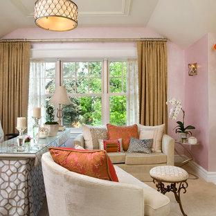Inspiration för mellanstora klassiska hemmabibliotek, med rosa väggar, en standard öppen spis, en spiselkrans i trä och ett fristående skrivbord