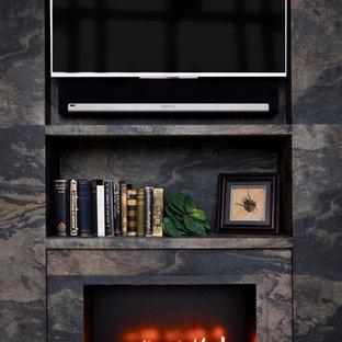 Idee per un ufficio minimal con pareti grigie, parquet chiaro, camino lineare Ribbon, cornice del camino in pietra e scrivania incassata