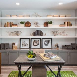 Foto de despacho contemporáneo con paredes blancas, suelo de madera clara y escritorio independiente
