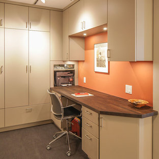 Foto di un piccolo ufficio contemporaneo con pareti arancioni, pavimento in linoleum, nessun camino, scrivania incassata e pavimento grigio