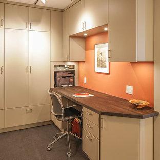 Kleines Modernes Arbeitszimmer ohne Kamin mit Arbeitsplatz, oranger Wandfarbe, Linoleum, Einbau-Schreibtisch und grauem Boden in San Francisco
