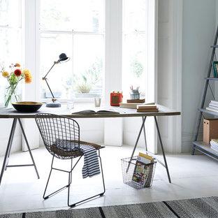 Ispirazione per un grande ufficio country con pareti bianche, pavimento in legno verniciato e scrivania autoportante