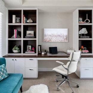 На фото: рабочее место среднего размера в стиле модернизм с желтыми стенами, полом из известняка, встроенным рабочим столом и серым полом