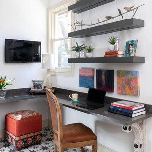Inspiration för ett litet eklektiskt hemmabibliotek, med vita väggar, klinkergolv i keramik, ett inbyggt skrivbord och flerfärgat golv