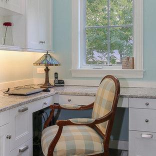 Exemple d'un petit bureau atelier craftsman avec un mur bleu, moquette, aucune cheminée et un bureau intégré.