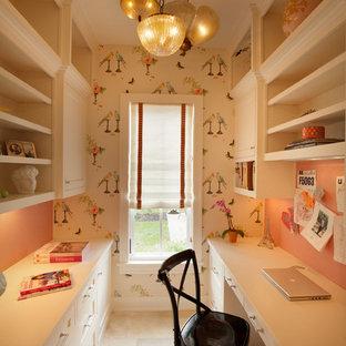 Idee per uno studio tradizionale con scrivania incassata e pavimento beige