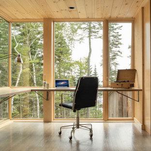 Mittelgroßes Rustikales Arbeitszimmer ohne Kamin mit brauner Wandfarbe, braunem Holzboden, Einbau-Schreibtisch, grauem Boden und Arbeitsplatz in Portland Maine