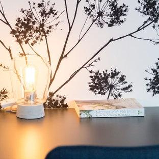 他の地域の中サイズのコンテンポラリースタイルのおしゃれな書斎 (マルチカラーの壁、ラミネートの床、造り付け机、茶色い床) の写真