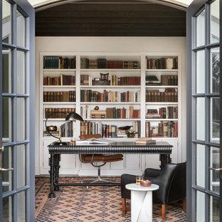 Источник вдохновения для домашнего уюта: рабочее место в средиземноморском стиле с белыми стенами и отдельно стоящим рабочим столом