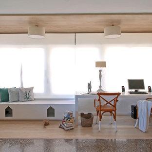 バレンシアの中くらいのコンテンポラリースタイルのおしゃれな書斎 (白い壁、ラミネートの床、自立型机) の写真
