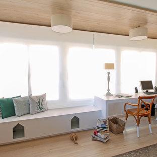 バレンシアの中サイズのトランジショナルスタイルのおしゃれな書斎 (白い壁、ラミネートの床、自立型机) の写真