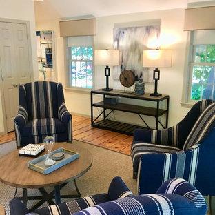 Foto på ett mycket stort vintage hemmastudio, med vita väggar, ljust trägolv, ett fristående skrivbord och flerfärgat golv