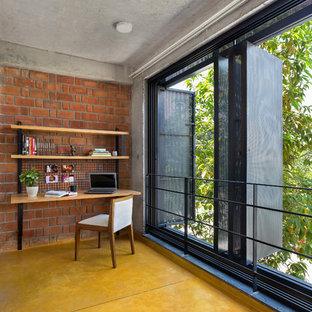 バンガロールのコンテンポラリースタイルのおしゃれなホームオフィス・書斎の写真
