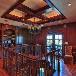 ダラスのヴィクトリアン調のおしゃれな書斎 (ベージュの壁、カーペット敷き、標準型暖炉、石材の暖炉まわり、自立型机、ベージュの床) の写真