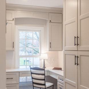 Ejemplo de despacho tradicional renovado, pequeño, con paredes blancas, suelo de madera en tonos medios, escritorio empotrado y suelo marrón