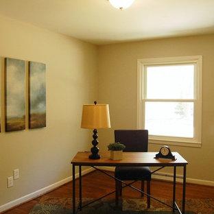 Immagine di un ufficio di medie dimensioni con pareti grigie, pavimento in legno massello medio e scrivania autoportante