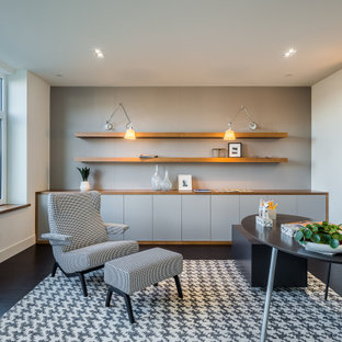 シアトルのコンテンポラリースタイルのおしゃれな書斎 (白い壁、塗装フローリング、暖炉なし、自立型机、黒い床) の写真
