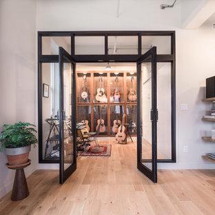 Idéer för ett industriellt hemmastudio, med vita väggar och ljust trägolv