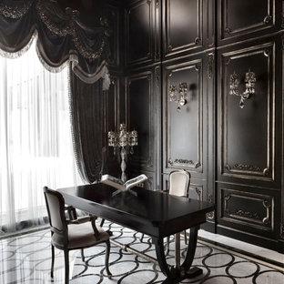 Стильный дизайн: большой кабинет в классическом стиле с черными стенами и мраморным полом - последний тренд